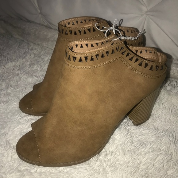 Shoes - Saddle Open toe booties